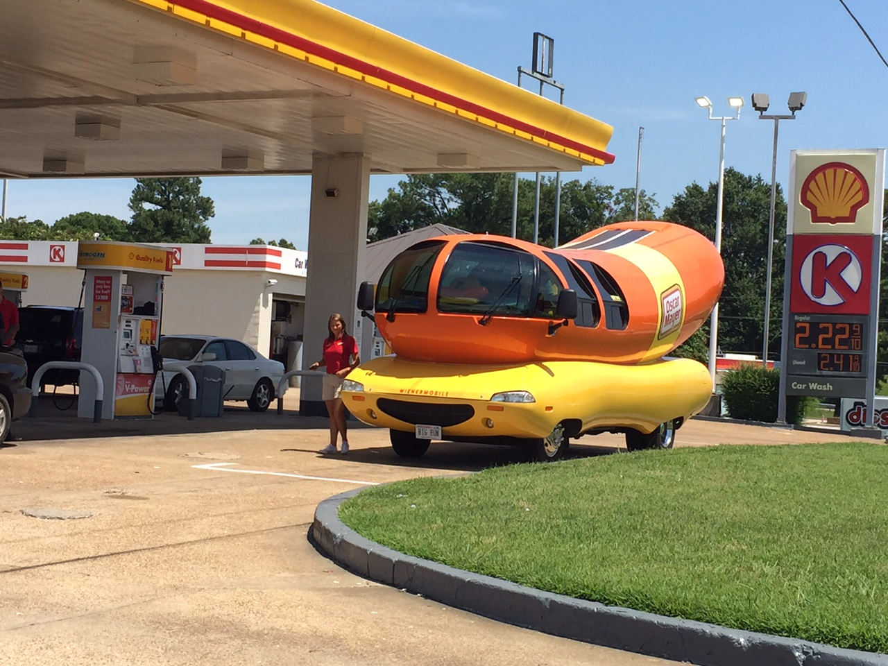 10 Food Trucks Qui Sortent Vraiment De Lordinaire as well Galleries as well Wienermobile Sandwiched Between Two further Daily Fun Facts Wienermobiles besides Hot Dog My Encounter With Oscar Mayer Wienermobile. on oscar mayer wienermobile inside